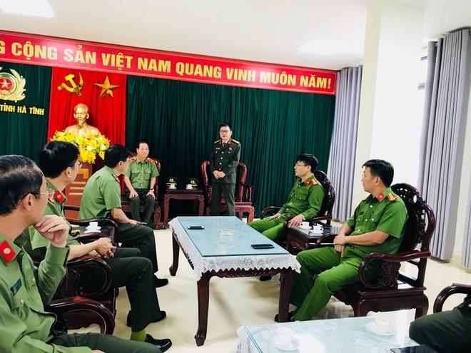Công an Hà Nội trao tặng 600 triệu đồng ủng hộ nhân dân, Công an tỉnh Hà Tĩnh khắc phục thiệt hại mưa lũ ảnh 2