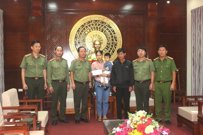 Công an Hà Nội chia sẻ khó khăn, mất mát với nhân dân, cán bộ Công an tỉnh Quảng Trị bị hy sinh, thiệt hại do mưa lũ ảnh 2