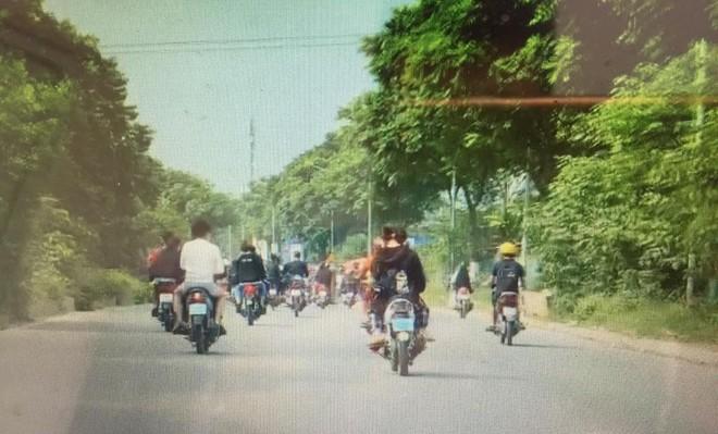 Nhanh chóng giải tán nhóm thanh niên không đội mũ bảo hiểm, che biển số xe máy đi trên Đại lộ Thăng Long ảnh 1