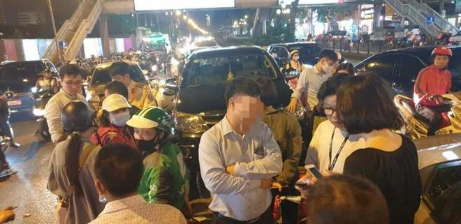Gây tai nạn liên hoàn, lái xe ô tô bước xuống nồng nặc mùi bia rượu ảnh 1