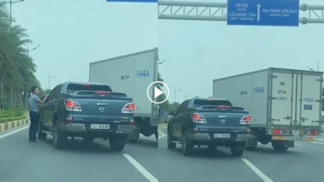 """Truy """"nóng"""" 2 chiếc xe ô tô chèn ép nhau trên đường Võ Nguyên Giáp ảnh 1"""