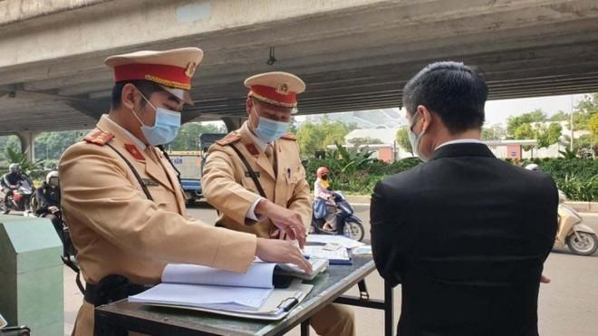 Cảnh sát giao thông Hà Nội quyết liệt xử lý vi phạm dừng đỗ bừa bãi, chống ùn tắc dịp cuối năm ảnh 2