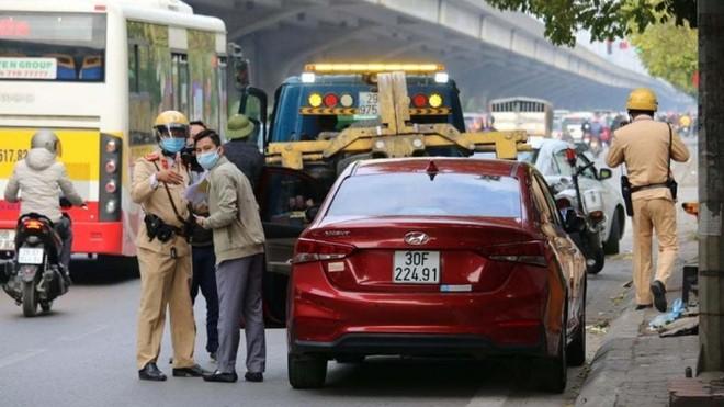 Cảnh sát giao thông Hà Nội quyết liệt xử lý vi phạm dừng đỗ bừa bãi, chống ùn tắc dịp cuối năm ảnh 1