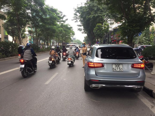 Cảnh sát giao thông Hà Nội quyết liệt xử lý vi phạm dừng đỗ bừa bãi, chống ùn tắc dịp cuối năm ảnh 3