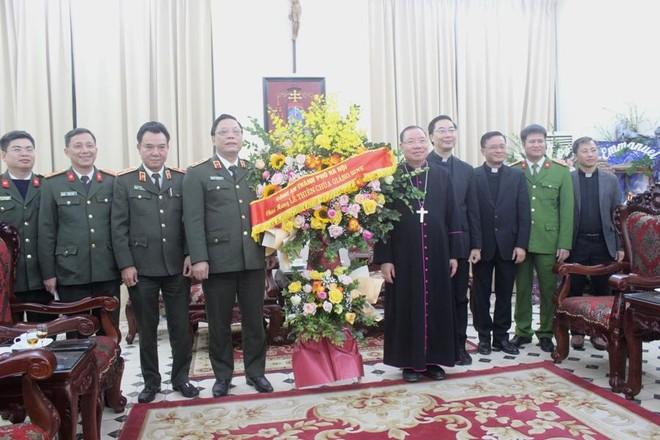 Ban Giám đốc CATP Hà Nội chúc mừng Giáng sinh Tổng Giám mục Tổng giáo phận Hà Nội và Hội Thánh Tin lành Việt Nam (miền Bắc) ảnh 1