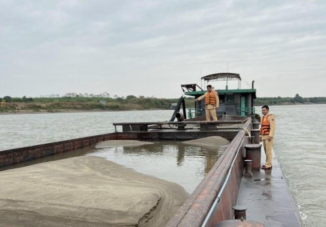 Bắt quả tang tàu hàng trăm tấn hút cát trái phép giữa sông Hồng ảnh 1