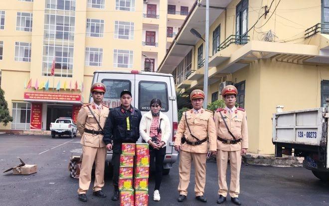 CSGT Lạng Sơn bắt đối tượng nữ vận chuyển 21,5 kg pháo ảnh 1