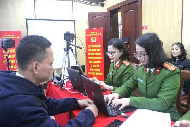 Công an quận Hoàn Kiếm mở cao điểm cấp căn cước công dân và đấu tranh với vi phạm về pháo ảnh 2