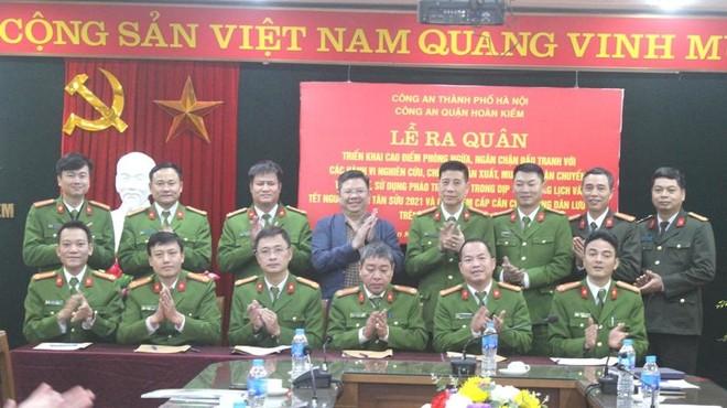 Công an quận Hoàn Kiếm mở cao điểm cấp căn cước công dân và đấu tranh với vi phạm về pháo ảnh 1