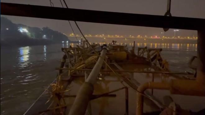 """Cảnh sát đường thủy bủa vây, bắt hàng loạt """"sa tặc"""" giữa đêm buốt lạnh trên sông Hồng ảnh 4"""