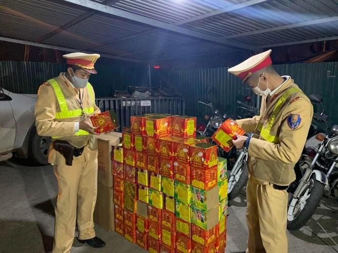 Cảnh sát giao thông Hà Nội phát hiện, bắt giữ đối tượng vận chuyển 139 hộp pháo nổ ảnh 2