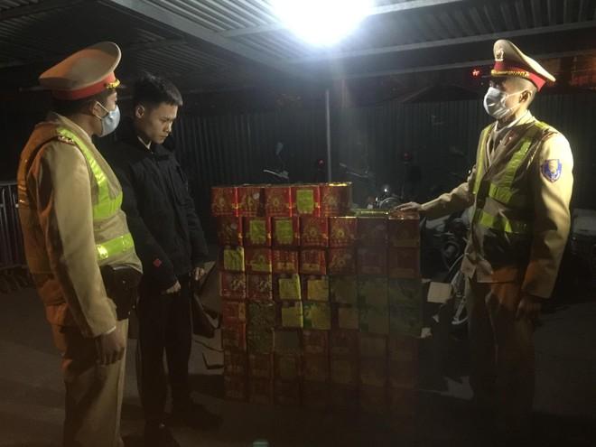 Cảnh sát giao thông Hà Nội phát hiện, bắt giữ đối tượng vận chuyển 139 hộp pháo nổ ảnh 1