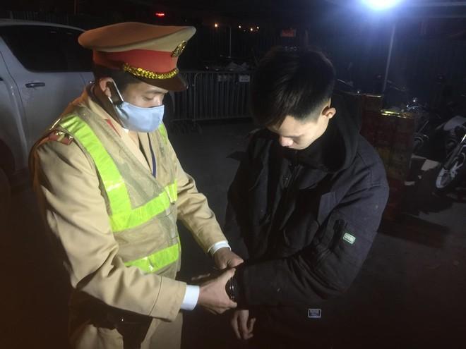 Cảnh sát giao thông Hà Nội phát hiện, bắt giữ đối tượng vận chuyển 139 hộp pháo nổ ảnh 3