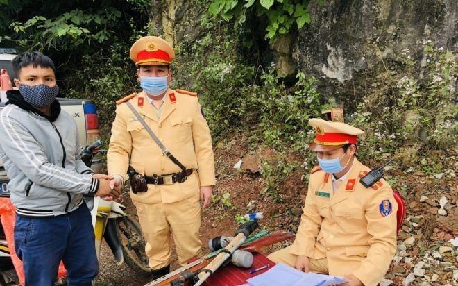 Cảnh sát giao thông tiếp nhận vũ khí, vật liệu nổ, công cụ hỗ trợ và pháo do người dân tự nguyện giao nộp ảnh 1