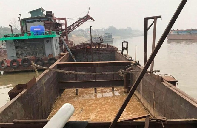 """Thêm tàu """"khủng"""" khai thác cát trái phép trên sông Hồng bị phát hiện lúc rạng sáng ảnh 1"""