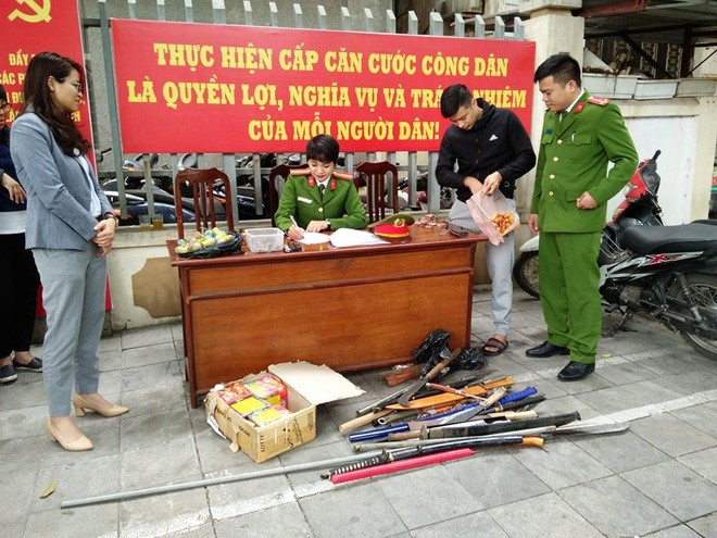 Người dân tự giác giao nộp băng đạn súng AK và nhiều pháo hình lựu đạn ảnh 1