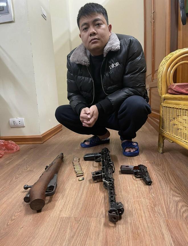 Cảnh sát hình sự Công an Hà Nội 'hốt' ổ nhóm đánh bạc, 'tín dụng đen' thu giữ vũ khí 'nóng' ảnh 1