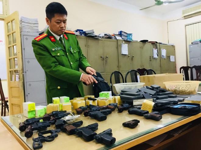 Được Công an phường vận động, Công ty chủ động giao nộp hàng trăm khẩu súng bắn đạn hơi cay ảnh 1