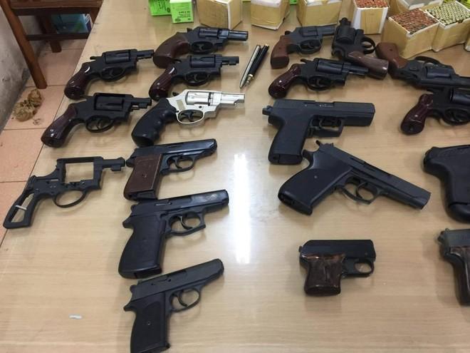 Hàng trăm khẩu súng bắn đạn hơi cay, cao su được dân giao nộp Công an ảnh 3