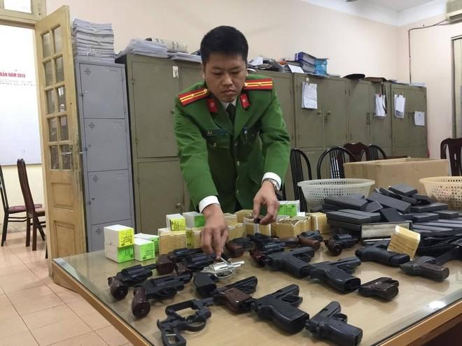 Hàng trăm khẩu súng bắn đạn hơi cay, cao su được dân giao nộp Công an ảnh 4