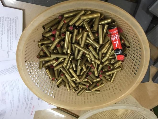 Hàng trăm khẩu súng bắn đạn hơi cay, cao su được dân giao nộp Công an ảnh 9