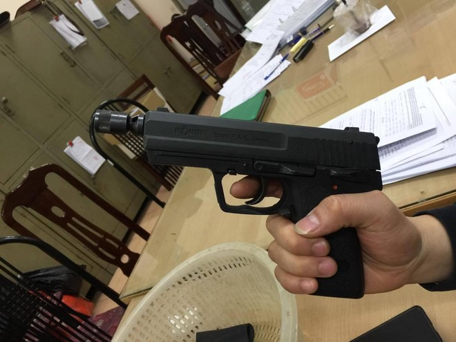 Hàng trăm khẩu súng bắn đạn hơi cay, cao su được dân giao nộp Công an ảnh 11