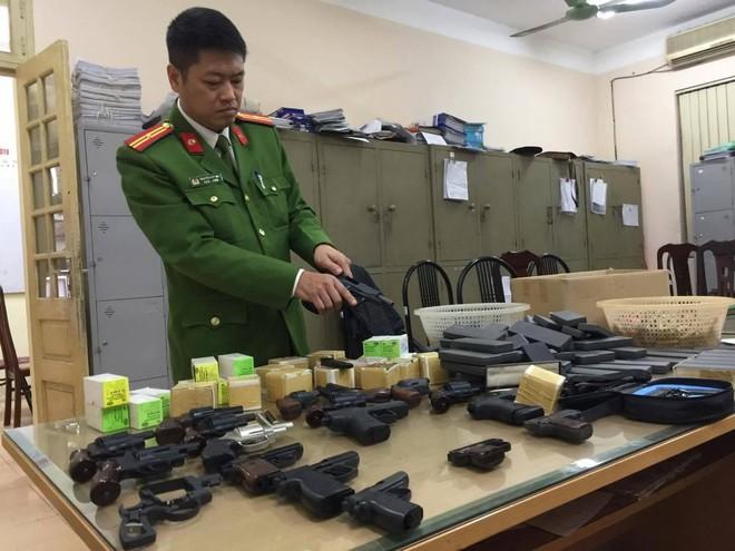 Hàng trăm khẩu súng bắn đạn hơi cay, cao su được dân giao nộp Công an ảnh 2