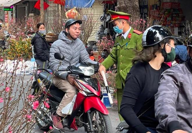 Hà Nội: Xử phạt 69 trường hợp không đeo khẩu trang tại phố cổ ảnh 1