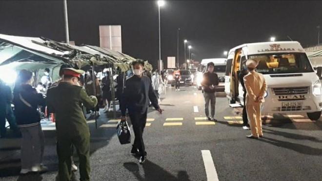 Tấn công CSGT, lái xe bán tải húc văng chốt kiểm dịch Covid-19 ảnh 1