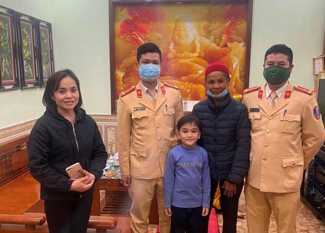 Đi thăm con sau Tết, bà cụ lạc đường được Cảnh sát giao thông Hà Nội giúp đỡ ảnh 1