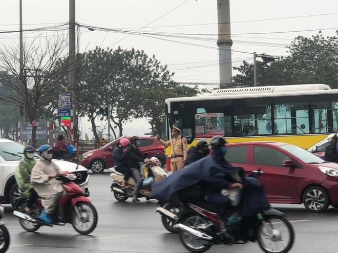 Đội mưa trong giá rét, CSGT phân luồng chống ùn tắc tại cửa ngõ phía Nam Thủ đô, đón người dân về sau Tết ảnh 1