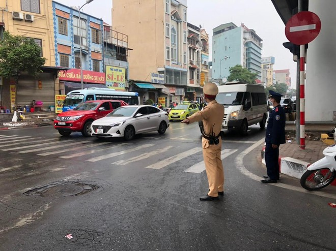 Đội mưa trong giá rét, CSGT phân luồng chống ùn tắc tại cửa ngõ phía Nam Thủ đô, đón người dân về sau Tết ảnh 3
