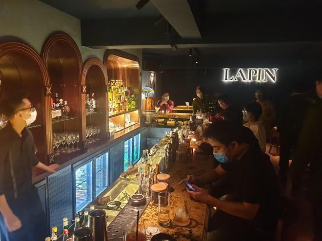 Xử phạt 30 triệu đồng quán cà phê ca nhạc tại phố cổ đón khách trong dịch Covid-19 ảnh 1