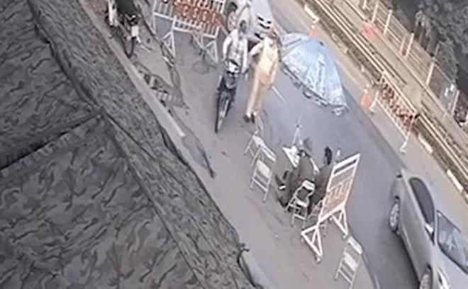 Lao xe máy kéo ngã Cảnh sát giao thông tại chốt phòng dịch Covid-19 ảnh 1