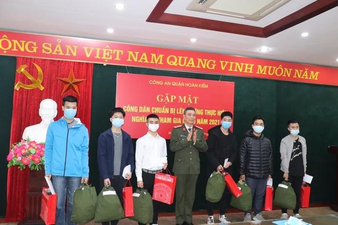 Tặng quà các công dân chuẩn bị lên đường nhập ngũ nghĩa vụ CAND ảnh 1