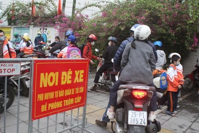 Đảm bảo an toàn giao thông, phòng chống dịch Covid-19 tại Cổng trường học ảnh 2