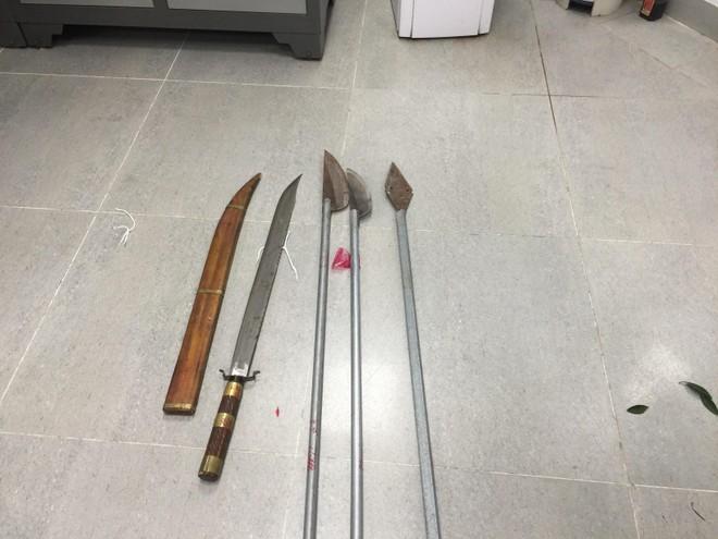 Mâu thuẫn trên Facebook, nhóm đối tượng rủ nhau mang dao kiếm đi giết người ảnh 1