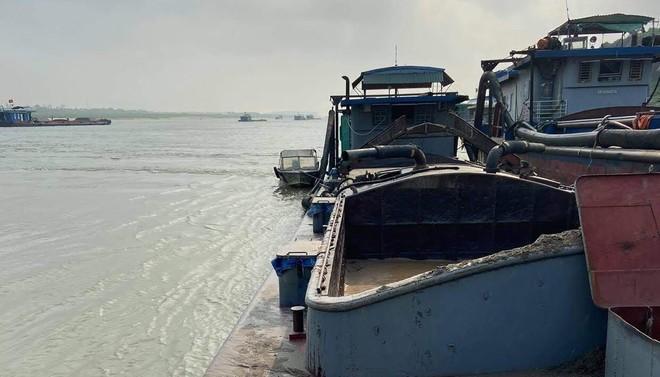 Lợi dụng chập tối, tàu 'khủng long' hút cát trộm trên sông Hồng ảnh 1