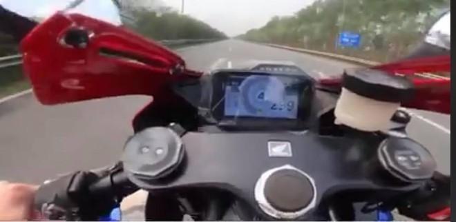 Cảnh sát giao thông lập biên bản xử phạt lái xe mô tô phóng gần 300 km/h tại Đại lộ Thăng Long ảnh 1