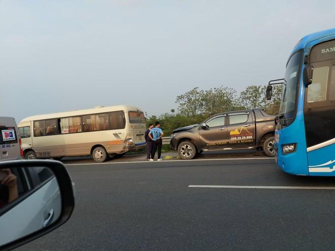 Tai nạn liên hoàn 4 xe ô tô, ùn tắc kéo dài trên cao tốc Pháp Vân - Cầu Giẽ ảnh 1