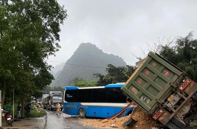 Khẩn trương khắc phục hậu quả, điều tra nguyên nhân hai vụ TNGT kinh hoàng tại Nghệ An và Hòa Bình ảnh 1