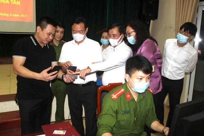 Chủ tịch UBND quận Cầu Giấy trắng đêm cùng Công an cơ sở lăn tay cấp CCCD gắn chíp ảnh 22
