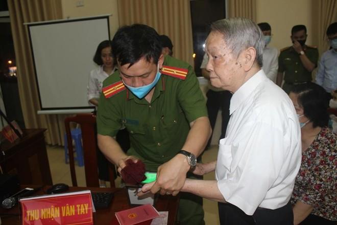 Chủ tịch UBND quận Cầu Giấy trắng đêm cùng Công an cơ sở lăn tay cấp CCCD gắn chíp ảnh 2