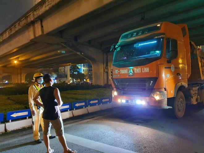 Quyết liệt xử lý vi phạm xe quá tải tại cửa ngõ phía Tây thành phố ảnh 1