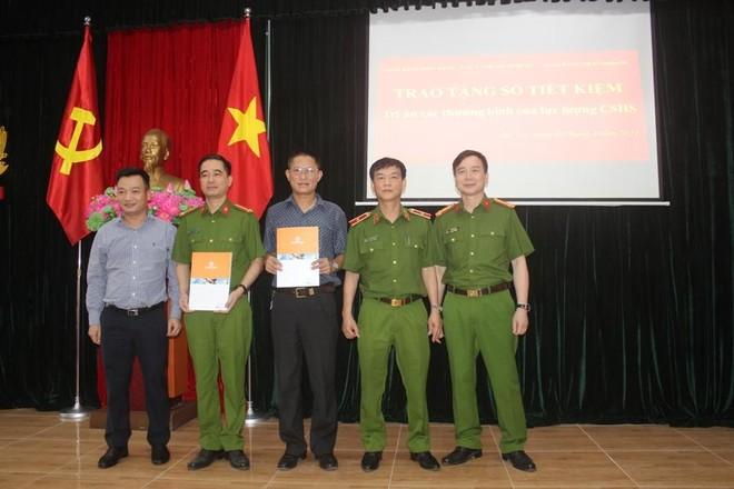 Trao sổ tiết kiệm cho thương binh, thân nhân các gia đình liệt sỹ thuộc lực lượng Cảnh sát hình sự ảnh 4
