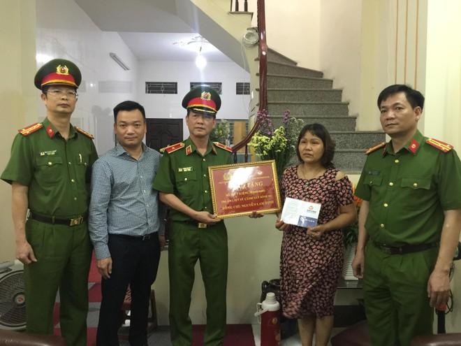 Trao sổ tiết kiệm cho thương binh, thân nhân các gia đình liệt sỹ thuộc lực lượng Cảnh sát hình sự ảnh 1