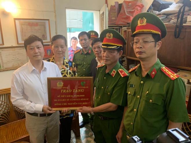 Trao sổ tiết kiệm cho thương binh, thân nhân các gia đình liệt sỹ thuộc lực lượng Cảnh sát hình sự ảnh 2