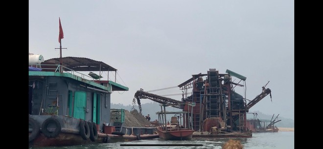 """Bắt tàu khai thác cát trái phép """"biến hóa"""" trên sông Đà ảnh 1"""