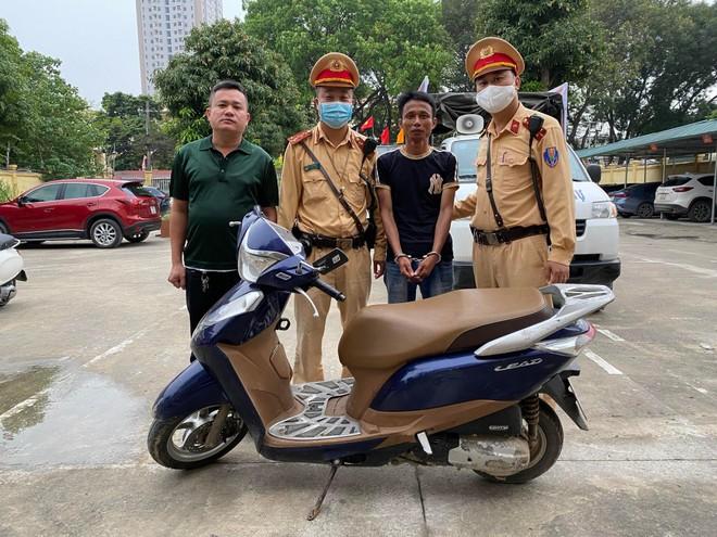 Từ cuốn sổ công tác trong cốp xe máy, CSGT lật tẩy đối tượng trộm cắp ảnh 1