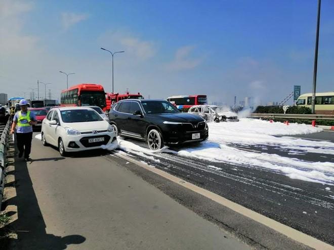 Xe ô tô 7 chỗ cháy trơ khung trên cao tốc, CSGT nhanh chóng dập lửa chống ùn tắc ảnh 1